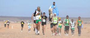Participantes en la Sahara Marathon. / http://www.vamosacorrer.com