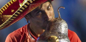 David Ferrer besa su trofeo con un sombrero mexicano. / Foto: Twitter.