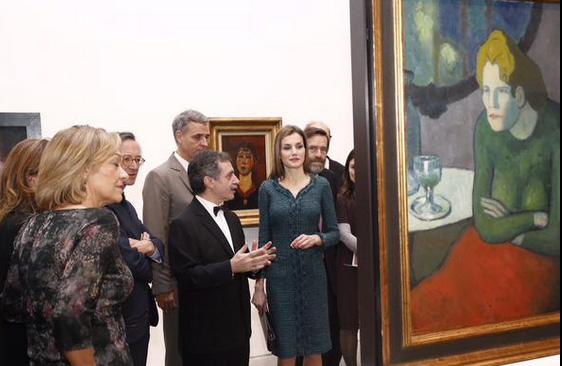 Doña Letizia recorre la exposición. / Foto: Casa Real.