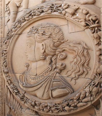 Medallón central derecho de la portada de la Universidad de Salamanca. Según la profesora Alicia M. Canto, representa a la reina Juana I de Castilla.