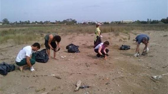 Voluntarios realizan una limpieza de los espacios naturales del Delta del Ebro