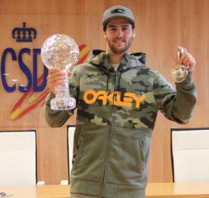 Lucas muestra su Globo de cristal y la medalla lograda. / Foto: CSD.