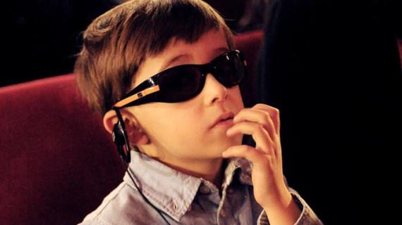 Un sistema de audiodescripción permite a los niños con ceguera y discapacidad visual disfrutar de Teatralia 2015