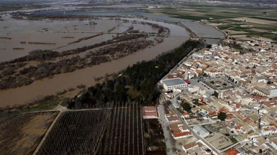 Pina de Ebro se libra del desalojo por la crecida del río