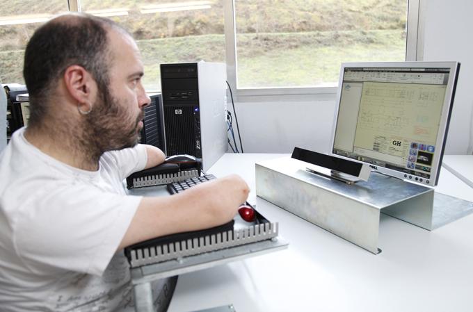 Una personas con discapacidad utilizando el ordenador con la tecnología Irisbond. / Foto: www.irisbond.com