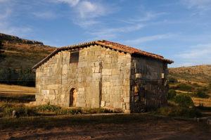 Iglesia de Santa María de Lara en Quintanilla de las Viñas. / http://fotomilk.com