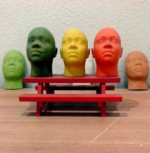 Cabezas de colores hechas con impresión 3D.