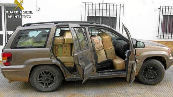 Un detenido por llevar una tonelada de hachís en fardos amontonados a la vista en su coche