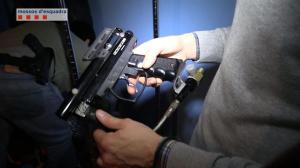 Pistola incautada en la operación.