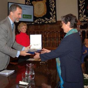 El Rey entrega uno de los galardones. / Foto: Defensor del Pueblo.