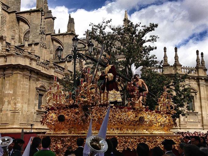 Procesión junto a la catedral de Sevilla. / Foto: Europa Press.
