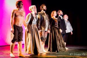 El elenco de actores saluda al público. / Foto: Víctor JV.