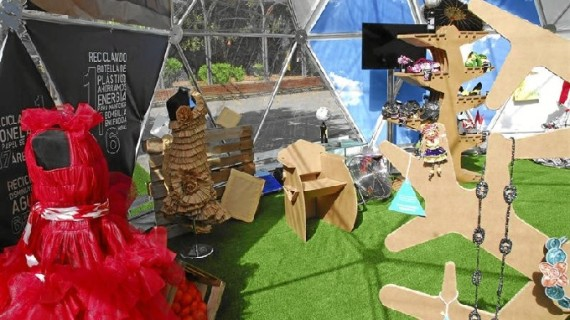 Una exposición internacional muestra en Murcia 13 vestidos realizados con material reciclado