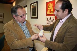 El director del Museo recibe el pequeño altar céltico. / Foto: Europa Press.