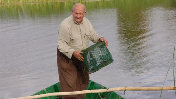 """Dos investigadores publican la """"memoria viva"""" de las Tablas de Daimiel, a través de los recuerdos de un pescador"""