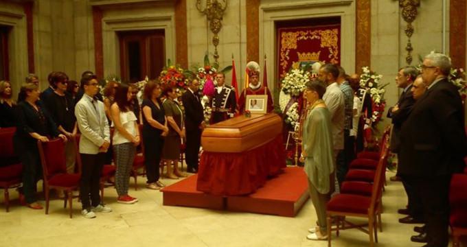 Amigos y políticos acompañan a la familia de Pedro Zerolo en la capilla ardiente