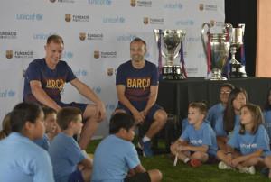 Los jugadores del Barcelona con los chavales.