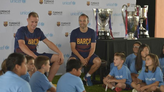 Iniesta y Ter Stegen colaboran con Unicef y conversan con niños sobre deporte y valores