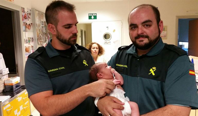 Dos guardias civiles salvan la vida de un recién nacido abandonado