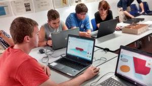 Los jóvenes han aprendido a realizar piezas en 3D. / Foto: Europa Press.