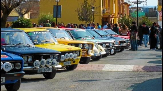 Un centenar de coches clásicos, algunos con medio siglo, participan este sábado en Granada en la VI Ruta Nocturna Clasicoche