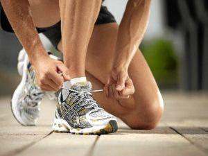 Colocarnos las zapatillas deportivas e irnos a andar es el primer paso para comenzar una rutina deportiva que mejore progresivamente.