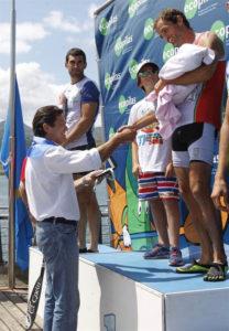 Javier Fernández felicitó a los ganadores. / Foto: Armando Álvarez.