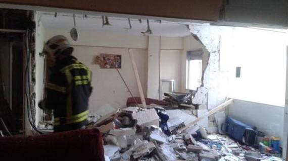 Tres mujeres y tres niños salen ilesos de una aparatosa explosión en un piso de Carabanchel