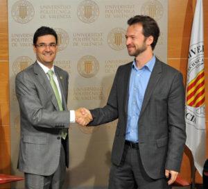 Francisco Mora y Amir Tabakovic tras la firma del acuerdo. / Foto: Roberto Roca Hurtuna