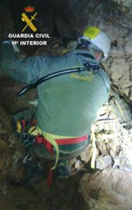 Los espeleólogos han localizado los restos en Castellón. / foto: Guardia Civil.