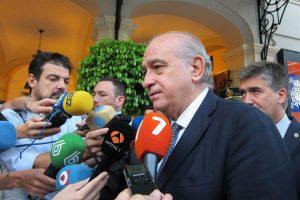 El ministro Jorge Fernández atiende a los medios. / Foto: Europa Press.