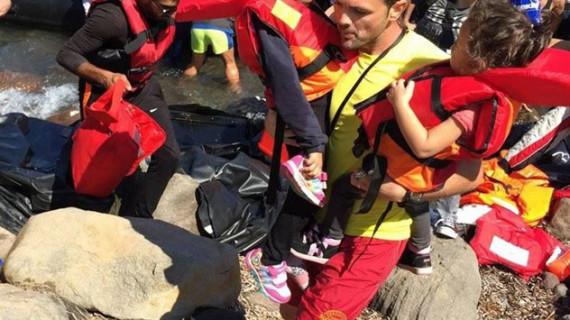 Un equipo de socorristas españoles salva vidas de refugiados a diario en las costas de la isla de Lesbos