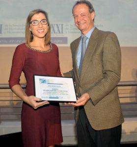 La profesora de la CEU-UCH Mariam Ibáñez recibe el premio de manos de José María Moraleda, presidente de la FEHH