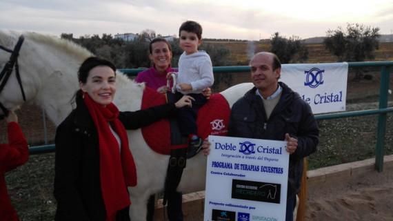 La Asociación Doble Cristal ayuda a que siete niños reciban terapias ecuestres en Badajoz
