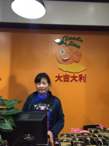 El logo de la tienda es una mandarina, la fruta de la suerte china.