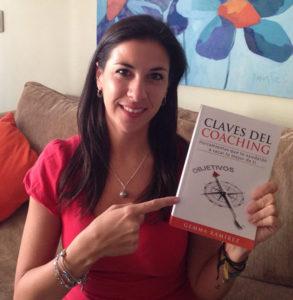 La coach Gemma Ramírez con un ejemplar de su libro.