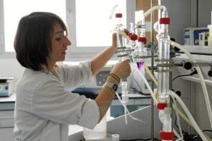 Investigadora en el laboratorio.