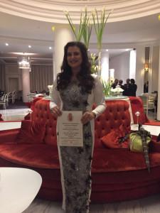 Rocío Vázquez con su título de diplomática.