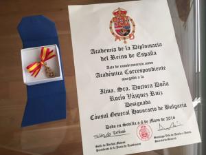 Vista de detalle del diploma y la insignia.