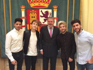 Íñigo Méndez de Vigo junto a los componentes del grupo musical Auryn. / Foto: Auryn.