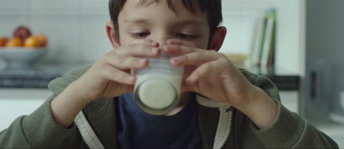 Los Bancos de Alimentos inician la campaña #NingúnNiñoSinBigote con el reto llegar a 2 millones de litros de leche