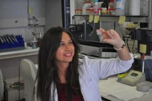 La investigadora de la Universidad de Sevilla María Ramos Payán, una de las autoras del estudio, en el laboratorio.