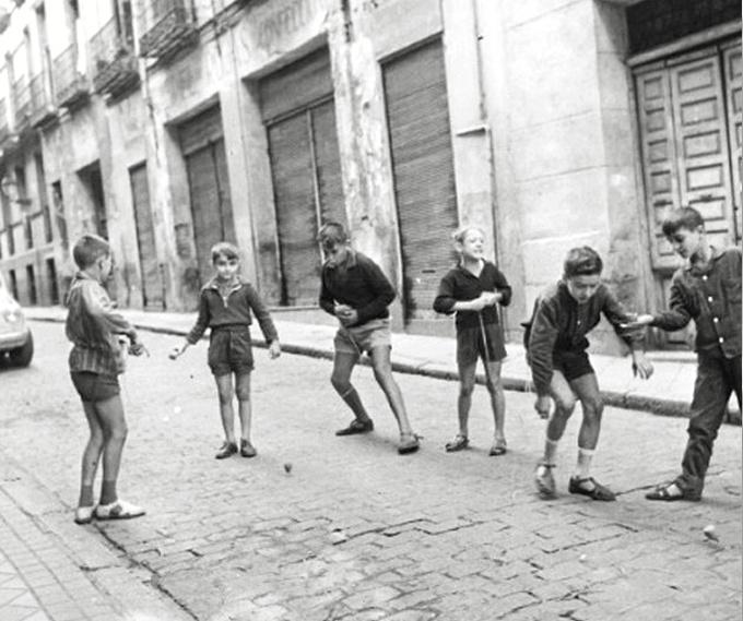 '¿Te bajas?' Una exposición virtual que muestra como jugaban los niños en las calles madrileñas