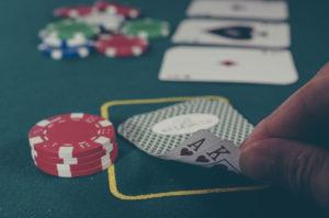 Jugando al póker. / Foto: Pixabay