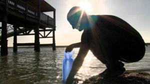 Tan sólo con una botella de plástico y la acción de la luz del sol se pueden eliminar bacterias contenidas en el agua y que impiden su consumo.