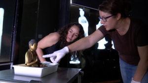 Investigadoras del Instituto del Patrimonio Cultural de España (IPCE) estudian la escultura del buda. / Foto: Comunicación CSIC.