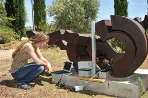 Un equipo de investigadores del Centro Nacional de Investigaciones Metalúrgicas, del CSIC, analiza mediante un laboratorio móvil el estado de una escultura. / Foto: Comunicación CSIC