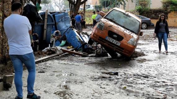 Rescatadas varias personas atrapadas en sus vehículos por la tromba de agua en Jerez