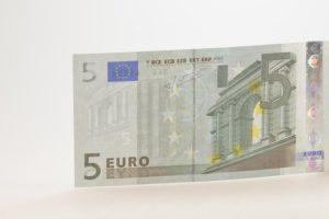 Los detenidos falsificaban billetes de cinco euros.