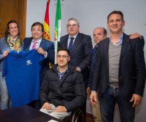 El presidente de Extremadura recibió a una delegación de la Asociación Doble Cristal.